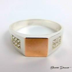 Srebrny sygnet ze złotem ozdobiony cyrkoniami