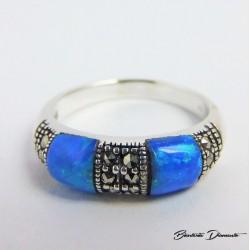 Pierścionek z niebieskimi opalami i markazytami