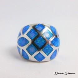 Duży pierścionek z niebieskim opalem