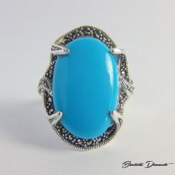 Piękny pierścionek z owalnym turkusem i markazytami