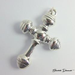 Duży wisior w kształcie krzyża