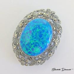 Broszka z niebieskim opalem i markazytami