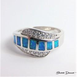 Pierścionek z niebieskimi opalami