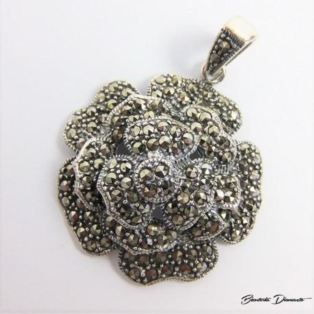 Wisiorek w kształcie różyczki ozdobiony markazytami