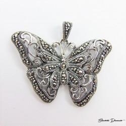 Motyl, śliczny wisiorek ozdobiony markazytami